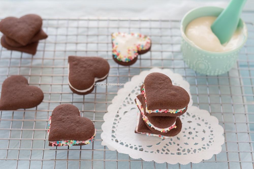 biscotti-al-doppio-cioccolato-a-forma-di-cuore-farciti-cioccolato-bianco