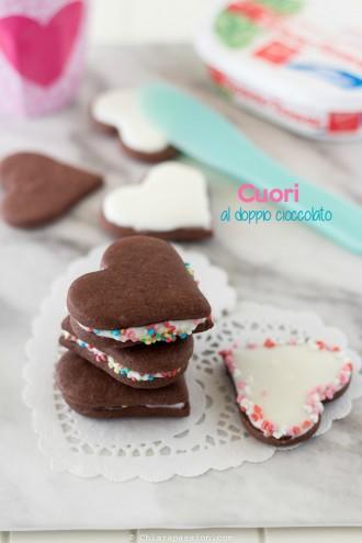 cuori-al-doppio-cioccolato-con-crema-al-cioccolato-bianco-pasta-frolla-al-cacao