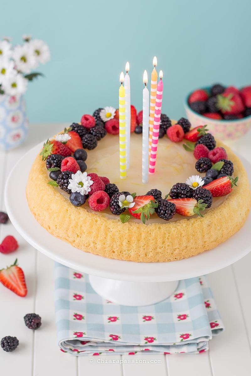 crostata-di-frutta-con-base-morbida-torta-con-candeline