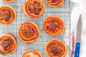 ricette-pizzette-di-pasta-sfoglia-facili-veloci-pomodoro-pesto
