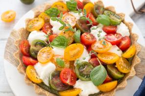 ricetta-facile-crostata-caprese-senza-cottura-con-pomodori-pesto-straccino