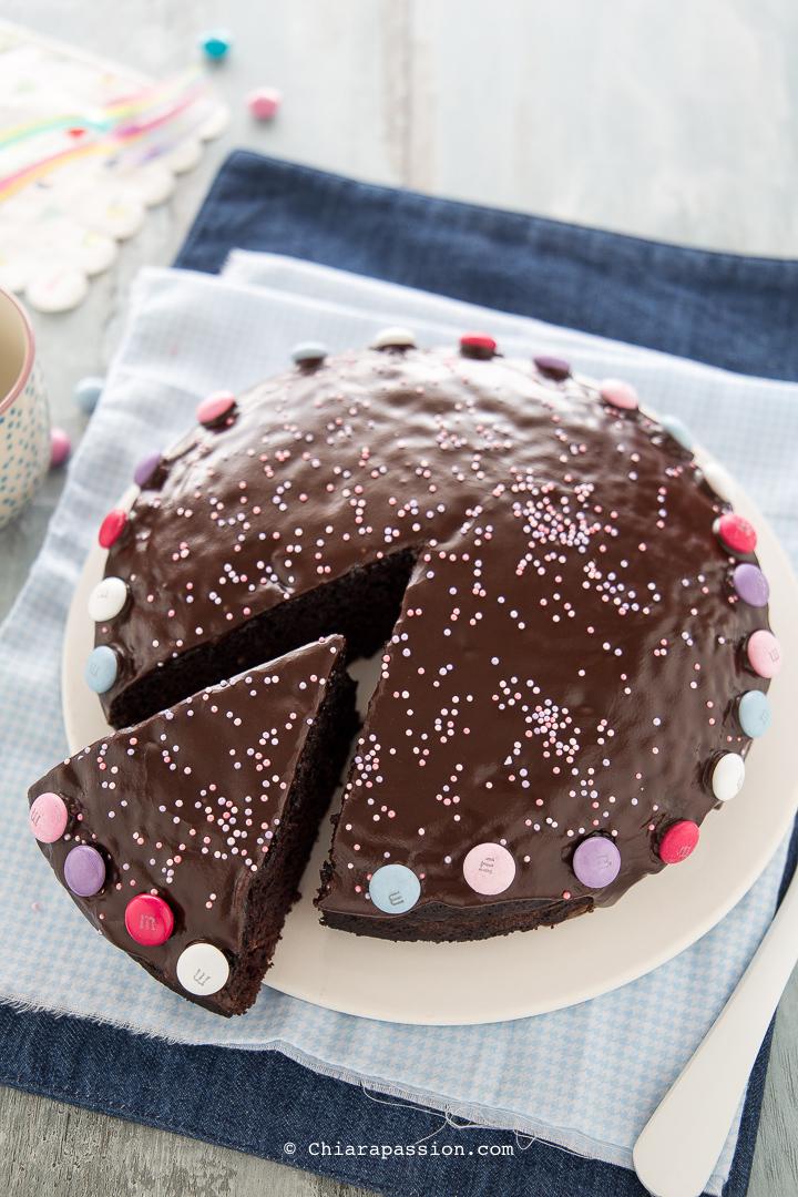 La Torta al Cioccolato Vegan è tra le torte al cioccolato più buone e  facili che potete trovare sul mio blog, estremamente leggera, umida e  goduriosa,