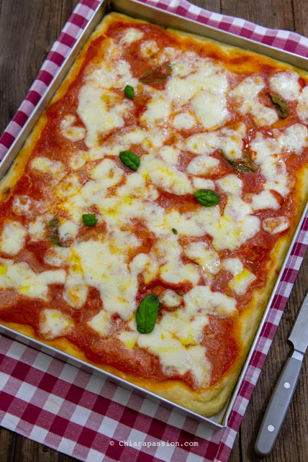 Ricetta Pizza Napoletana Teglia.Pizza In Teglia Ricetta Facile Per Una Pizza Morbida E Digeribile