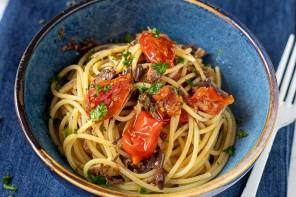 Spaghetti con buzzonaglia di tonno e pomodoro